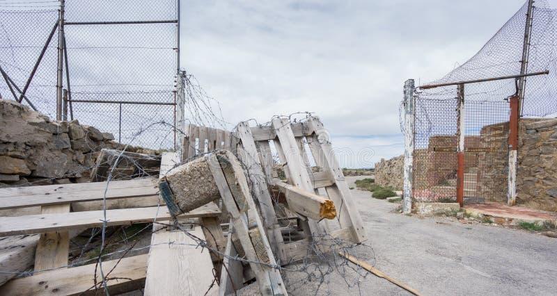 Вход к покинутой воинской зоне стоковое изображение rf