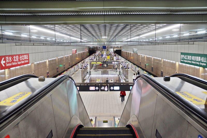 Вход к платформе станции метро Тайбэя стоковые фото