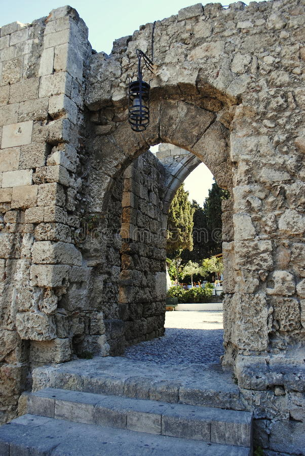 Вход к средневековым стенам в парке города на острове Родоса в Греции стоковое фото