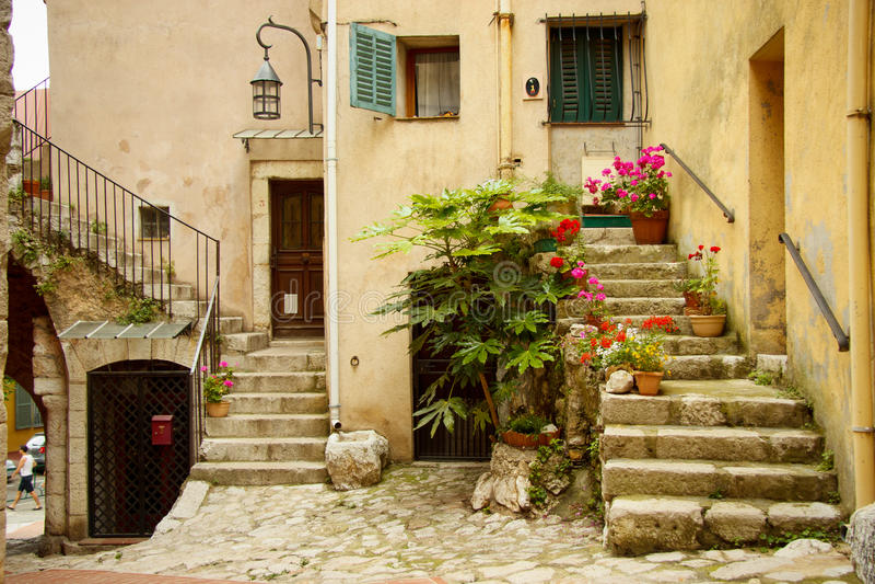 Вход к старому дому, turbie Ла, Франция стоковые изображения rf