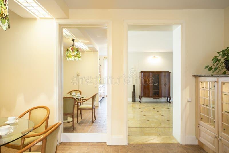 Вход к следующей комнате стоковая фотография rf