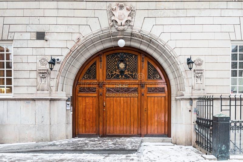Входная дверь нечетных собратьев деревянная в Стокгольме стоковые фото