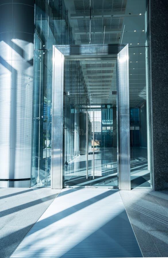 Входная дверь офисного здания стоковые изображения rf