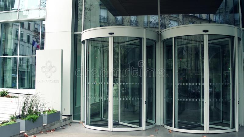 Вход ПАРИЖА, ФРАНЦИИ - 31-ое декабря 2016 к офисному зданию глобального управления имуществом Francaise Ла современному стоковые фото