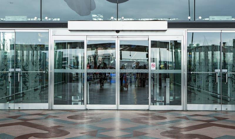 Вход строба здания терминала и автоматическая стеклянная дверь стоковая фотография