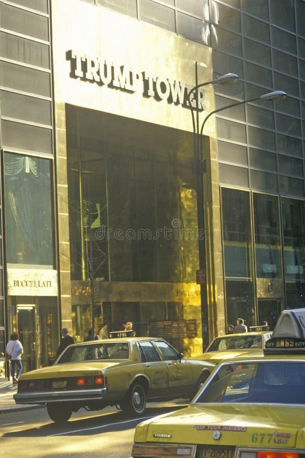 Вход улицы ровный для того чтобы Trump башня с такси, Нью-Йорк, NY стоковые фотографии rf