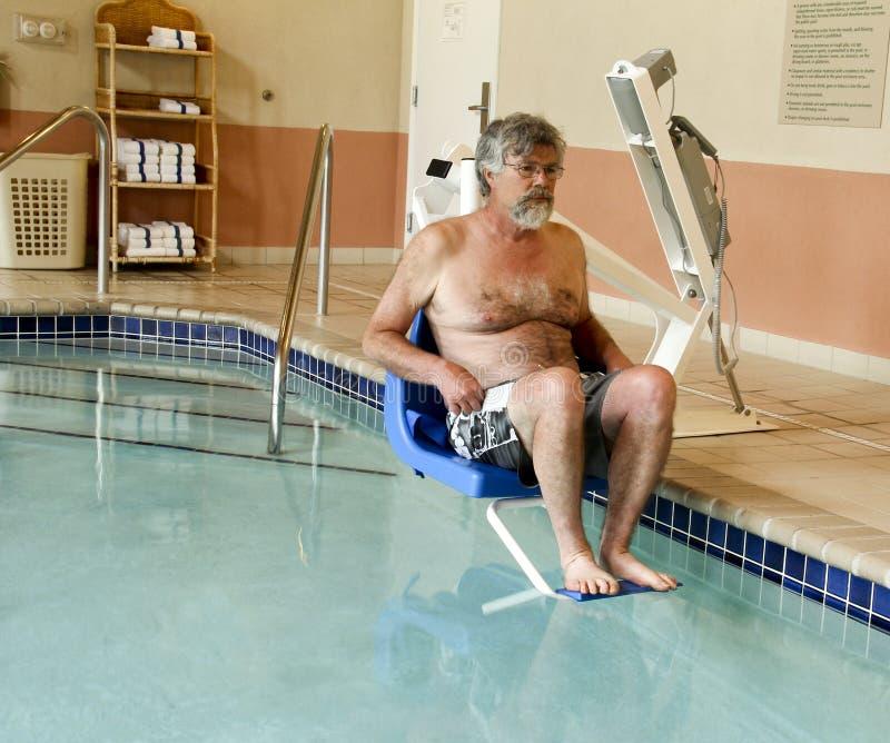 Входя в бассейн с с ограниченными возможностями подъемом стоковые изображения