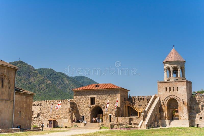 Въездные ворота и колокольня собора Svetitskhoveli внутри стоковые изображения