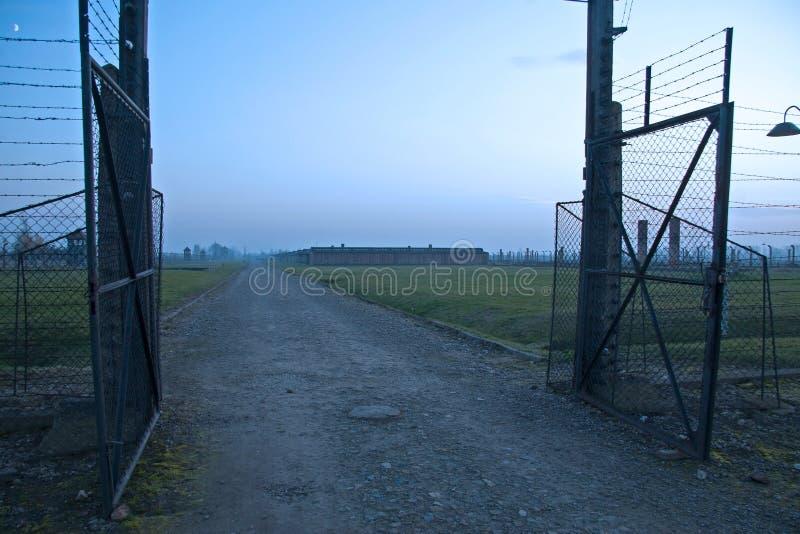 Въездные ворота на Освенциме-Birkenau, который водит к казармам где Анна Франк вероятно была уловлена стоковые фотографии rf