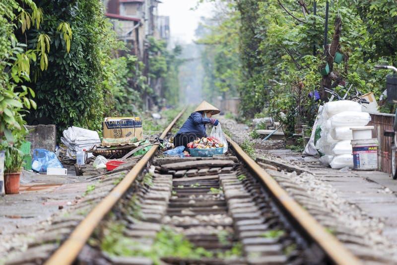 Въетнамская деятельность в улице поезда, Ханой женщины, Вьетнам стоковое изображение rf