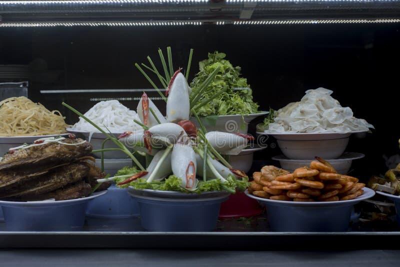 Въетнамская еда представила в окне на Hoi рынок ` s стоковые изображения