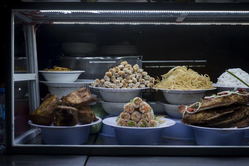 Въетнамская еда представила в окне на Hoi рынок ` s стоковое изображение rf