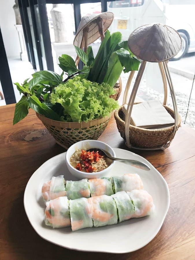 Въетнамская еда, свежий блинчик с начинкой с креветкой и окуная соус стоковая фотография