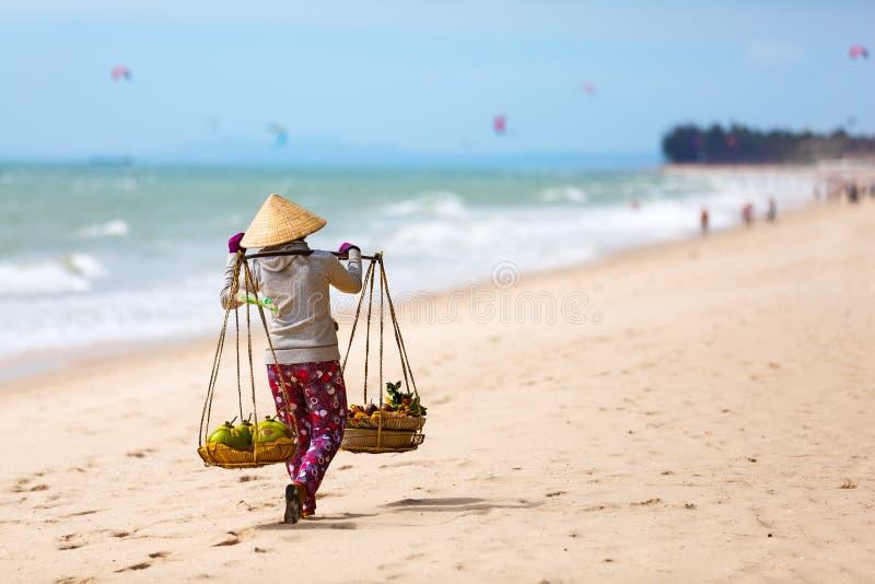 Въетнамская женщина продавая плодоовощи на пляже Ne Mui Вьетнам стоковая фотография