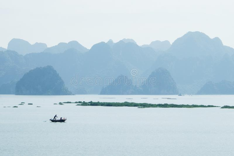 въетнамская шлюпка в заливе Ha длинном, Вьетнаме стоковые изображения