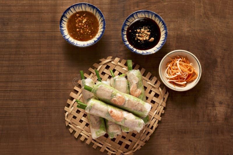 Въетнамские блинчики с начинкой - рисовая бумага, салат, салат, вермишель стоковая фотография