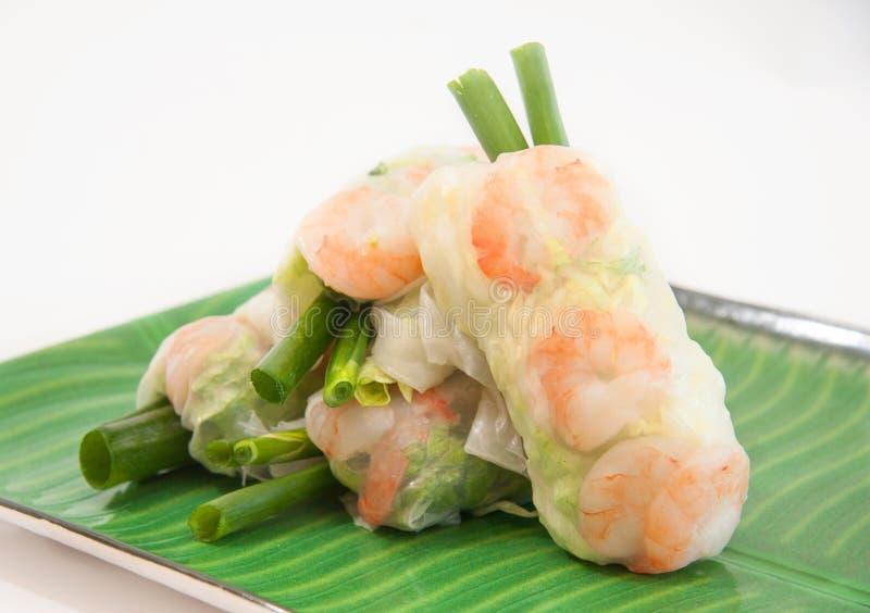 Въетнамские крены весны с салатом, мятой, шримсом и вермишелью стоковые изображения