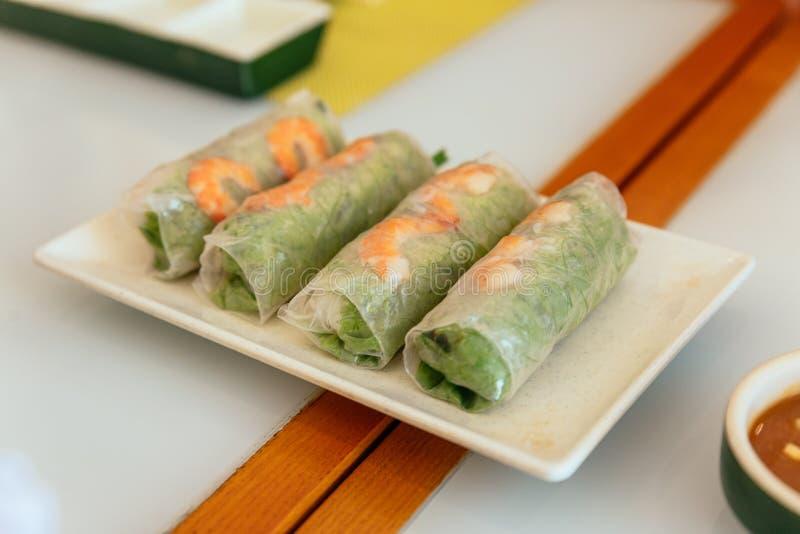 Въетнамские свежие блинчики с начинкой включая салат и кипеть креветку на ресторане в Ханое, Вьетнаме стоковые фото