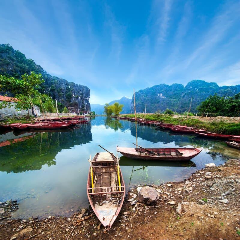 Въетнамские шлюпки на реке Ninh Binh Вьетнам стоковая фотография
