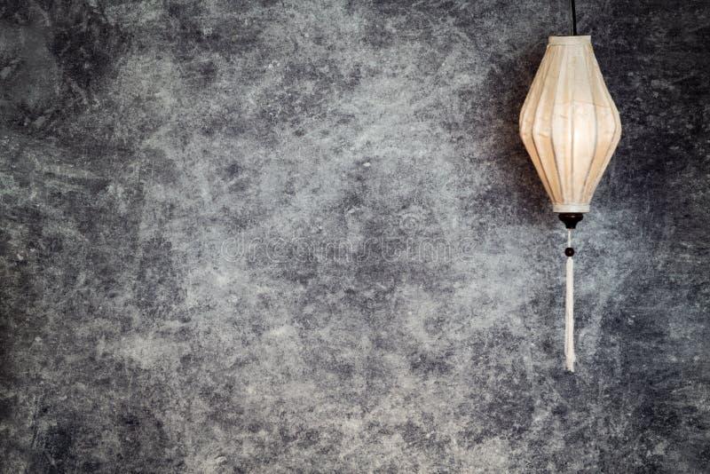 Въетнамский или китайский белый фонарик, овальная форма над предпосылкой винтажного grunge конкретной с космосом экземпляра в лан стоковое изображение