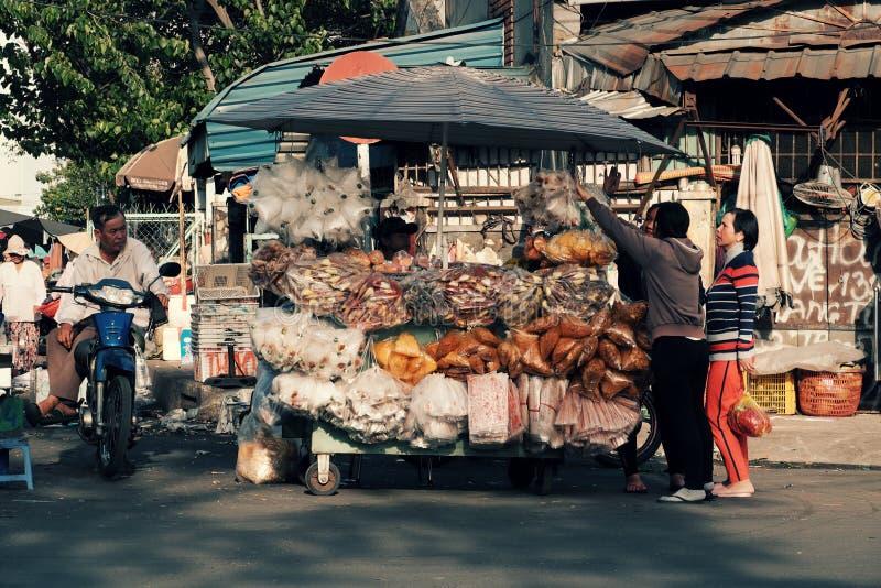 Въетнамский уличный торговец на рынке Cho Lon, стоковая фотография