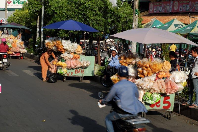 Въетнамский уличный торговец на рынке Cho Lon, стоковое фото rf