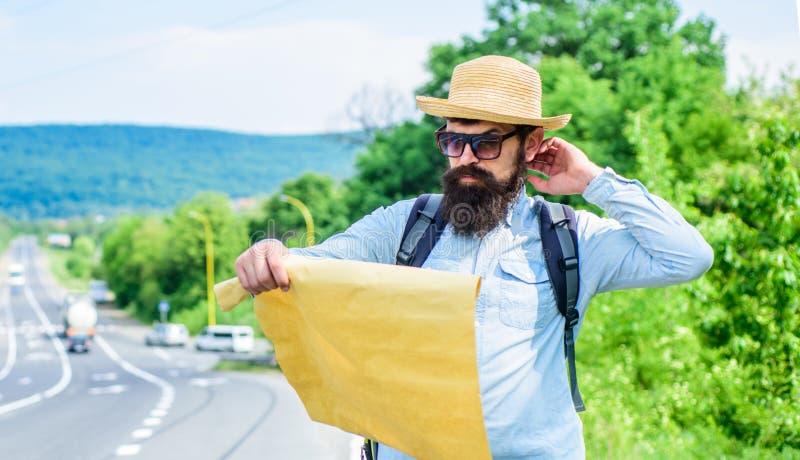 Выберите вверх местную карту Туристские взгляды backpacker на карте выбирая назначение перемещения на дороге вокруг мира Считайте стоковые изображения rf