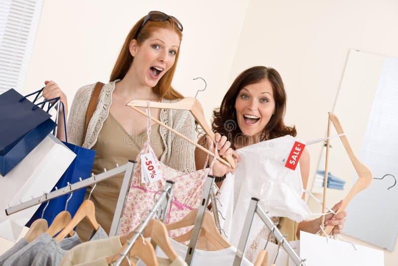 выберите женщину покупкы 2 способа одежд счастливую стоковые изображения