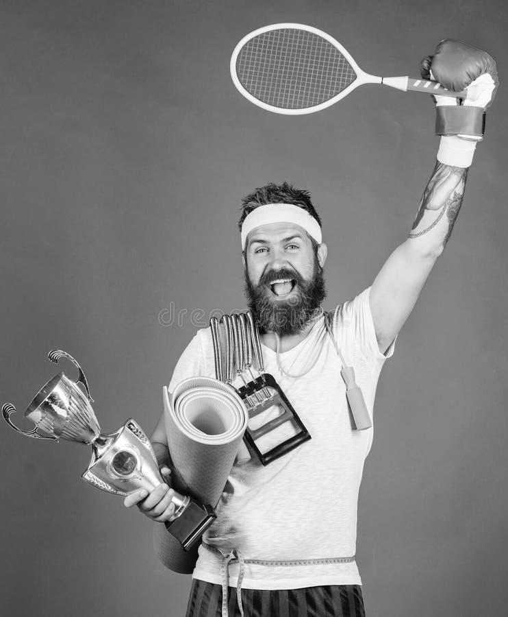Выберите любимый спорт r На пути к достижению Ассортимент магазина спорта Спорт владением спортсмена человека бородатый стоковое изображение rf