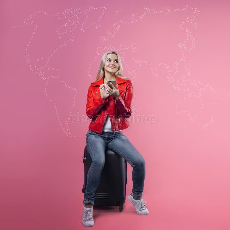 Выберите назначение, перемещение по всему миру, концепция Молодая женщина выбирает место где она хочет пойти стоковые фотографии rf