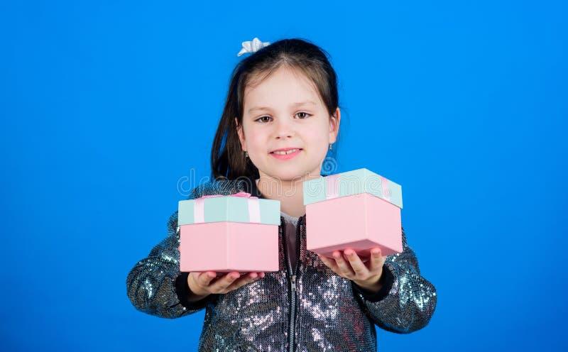 Выберите одно Девушка с предпосылкой подарочных коробок голубой : r Милый ребенок носит подарочные коробки Подарок сюрприза стоковые фото