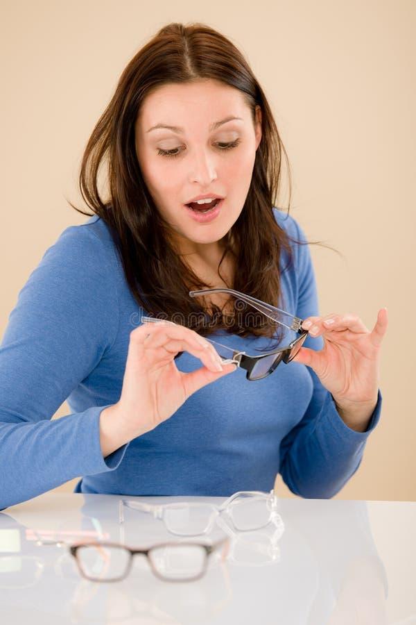 выберите рецепт optician стекел клиента стоковая фотография