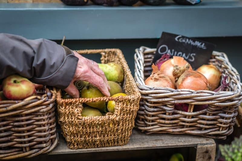 Выбирать вверх свежие фрукты на рынке стоковые фото