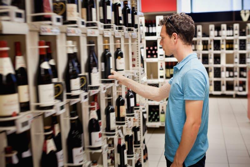 Выбирать вино стоковое изображение rf