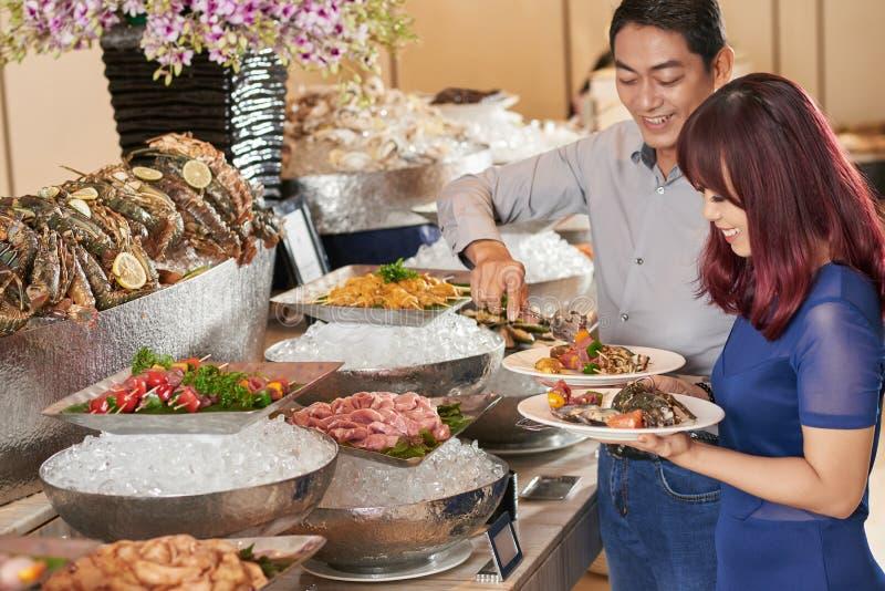 Выбирать вкусные закуски стоковое изображение rf