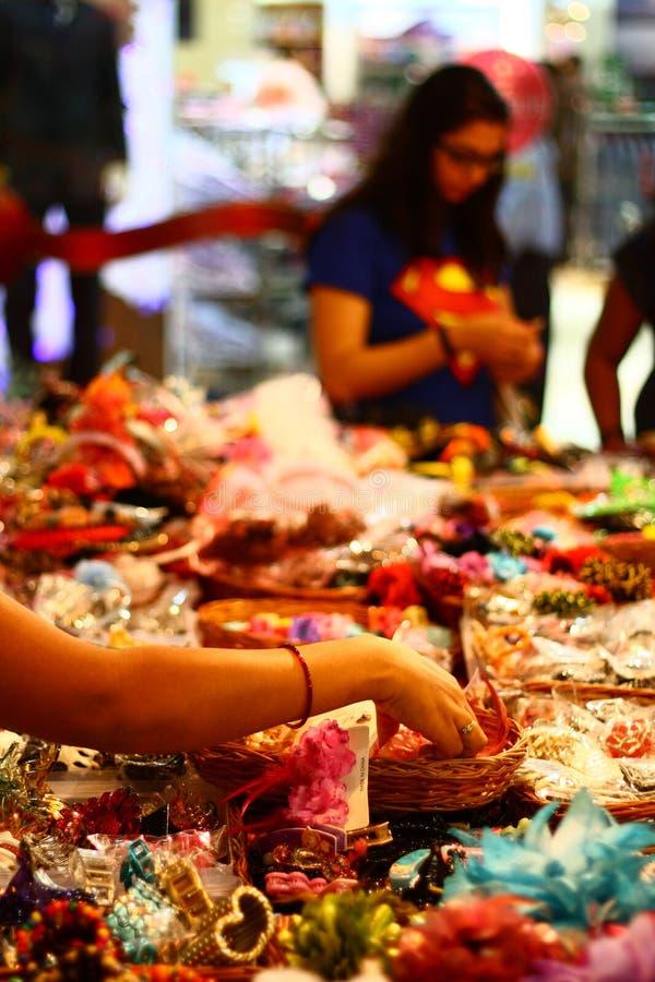 Выбирать вспомогательное оборудование на индийском причудливом магазине стоковые изображения