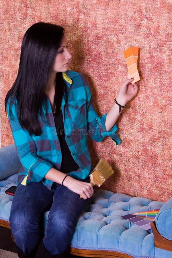 выбирать стены девушки цвета стоковое фото