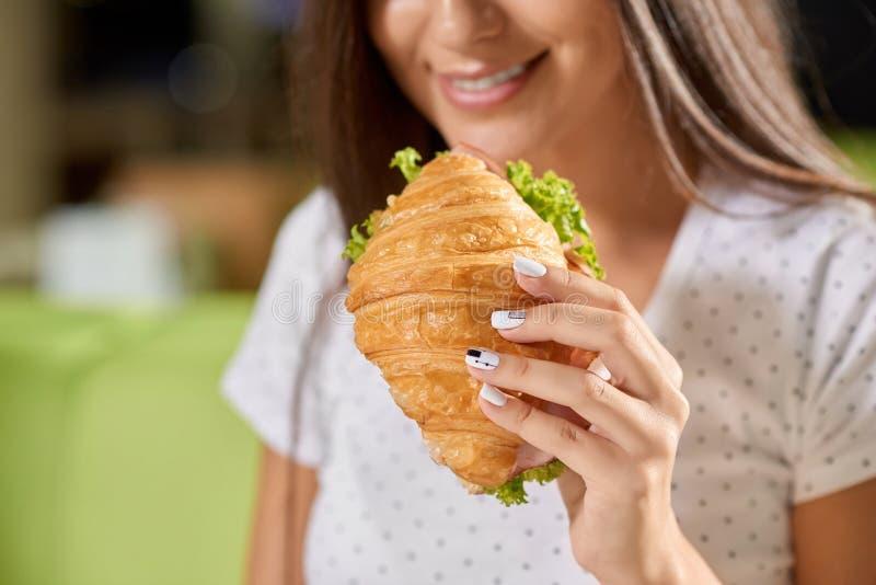 Выборочный фокус женской руки держа круассан стоковое изображение rf