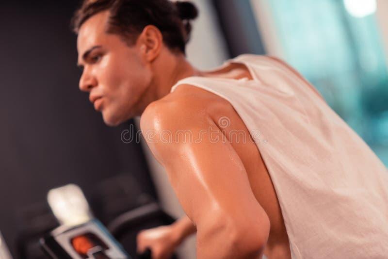 Выборочный фокус мышечной мужской руки стоковое изображение