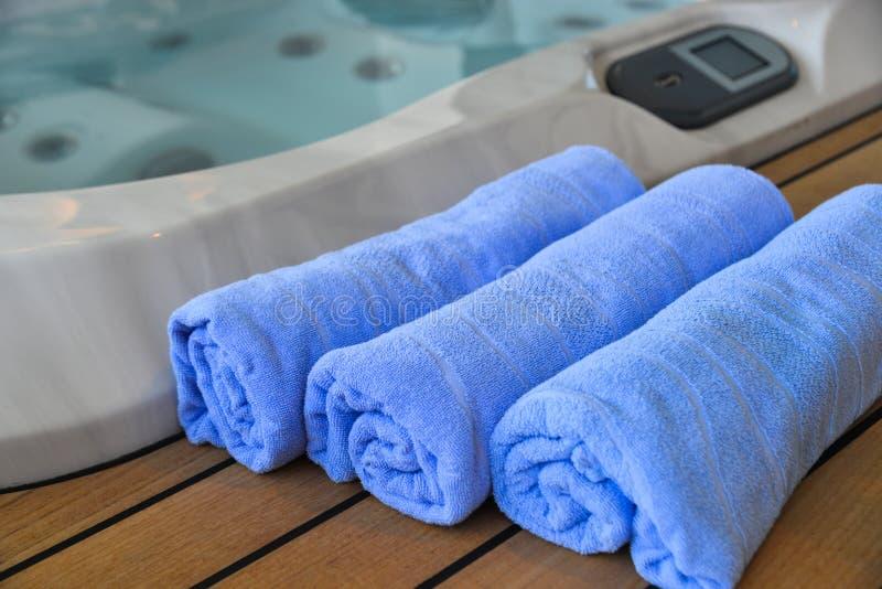 Выборочный фокус на бассейне полотенца стоковое изображение rf