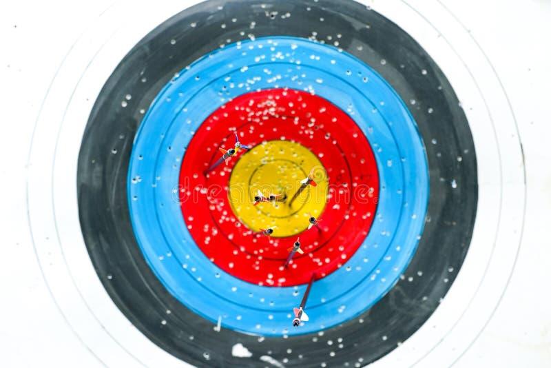 Выборочный фокус на дне стрелок по цели archery красочной стоковое изображение rf