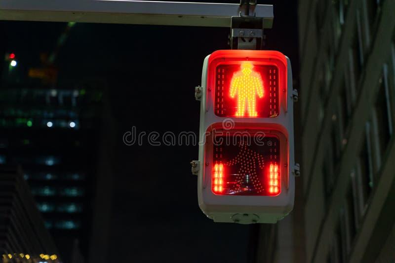 Выборочный фокус на красном свете движения для людей, пешехода и человеческого остановить и ждать и красный счет в обратном напра стоковые изображения rf