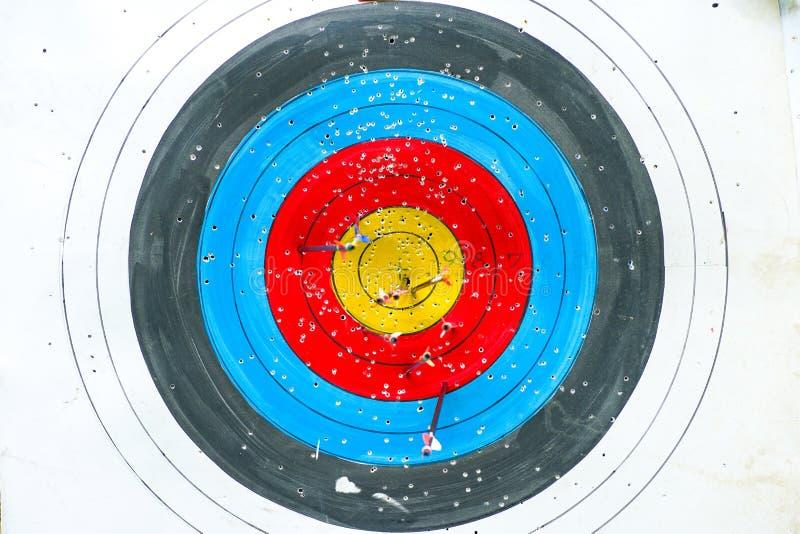 Выборочный фокус по цели archery красочной с запачканной группой в составе стрелки в переднем плане стоковое изображение