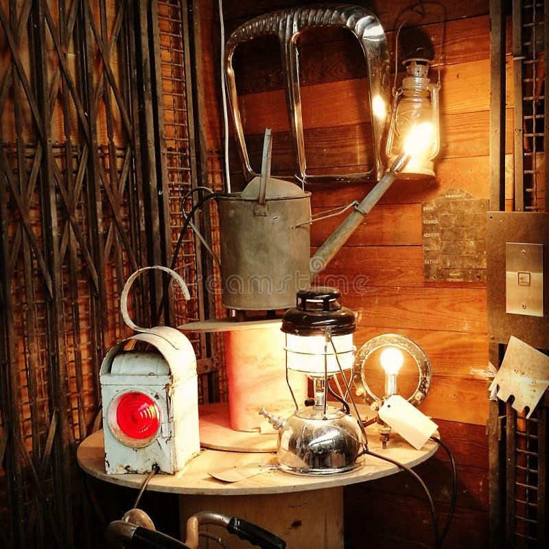 Выбор винтажных ламп и трактор противостоят стоковые фотографии rf