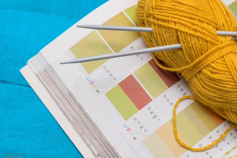 Выбор вязать и цвета стоковые фото