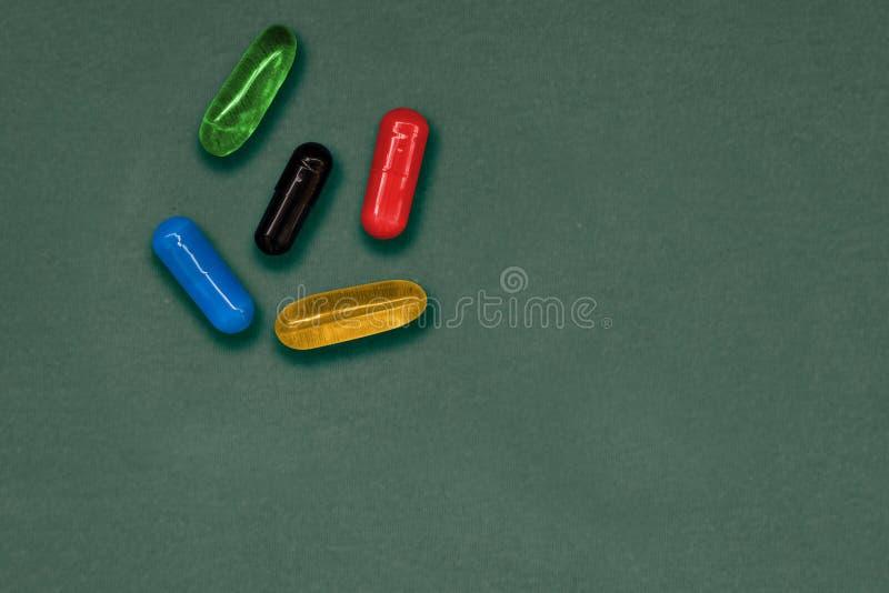 выбор делает отборная проблема Не только красные и голубые таблетки Установите 5 красочных капсул для того чтобы проиллюстрироват стоковое фото rf