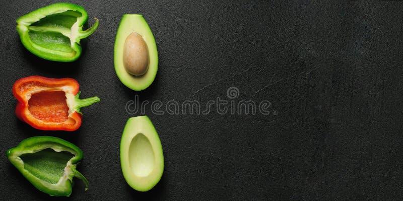 Выбор еды здоровой еды чистый на серой предпосылке Зеленый и красный болгарский перец, авокадо Взгляд сверху Установите текст стоковое фото rf
