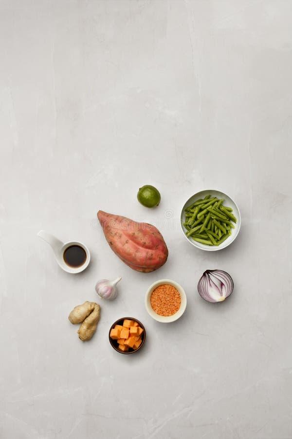 Выбор ингредиентов овоща и соевого соуса на мраморной столешнице стоковое изображение