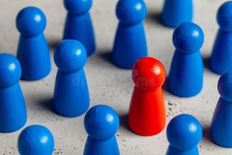 Выбор и поиск для самого лучшего руководителя работника Рекрутство штата, HR Хороший работник стоит вне в толпе стоковая фотография rf