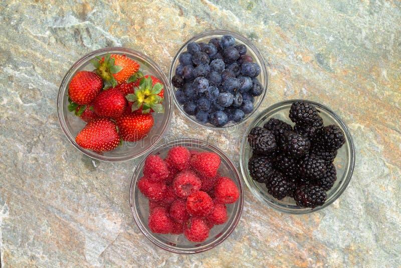 Выбор различных свежих ягод в стеклянных опарниках стоковые фото